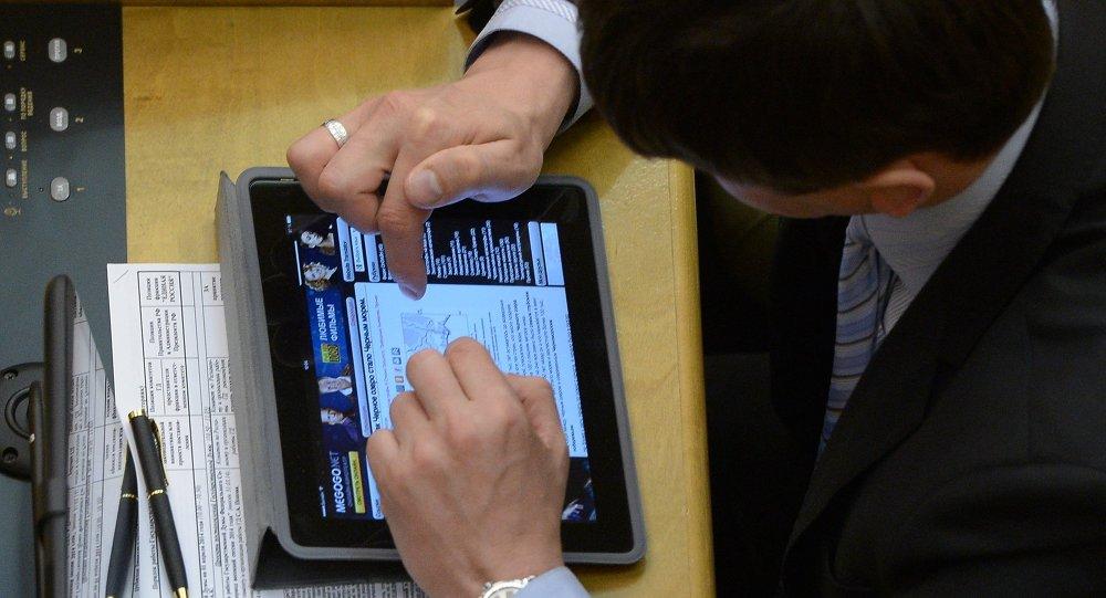 Hombre usa tableta