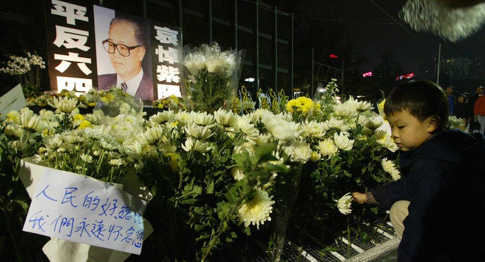 Un niño pone flores en memoria de Zhao Ziyang. Hong Kong, el 21 de enero de 2005