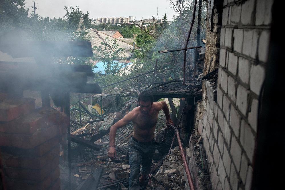 Un vecino de Lugansk en su vivienda, destruida por los bombardeos del Ejército ucraniano (13 de julio de 2014)
