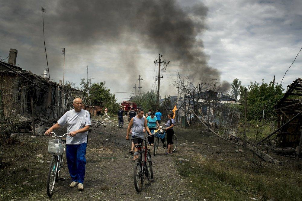 Vecinos del pueblo de Luganskaia, bombardeado por aviones militares ucranianos (2 de julio de 2014)