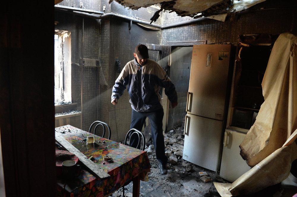 Un hombre en su casa, destruida tras un bombardeo artillero de Donetsk (9 de noviembre de 2014)