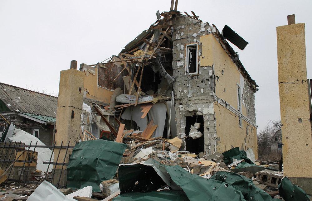 Una vivienda destruida por bombardeos en una zona cercana al aeropuerto de Donetsk (14 de marzo de 2015)