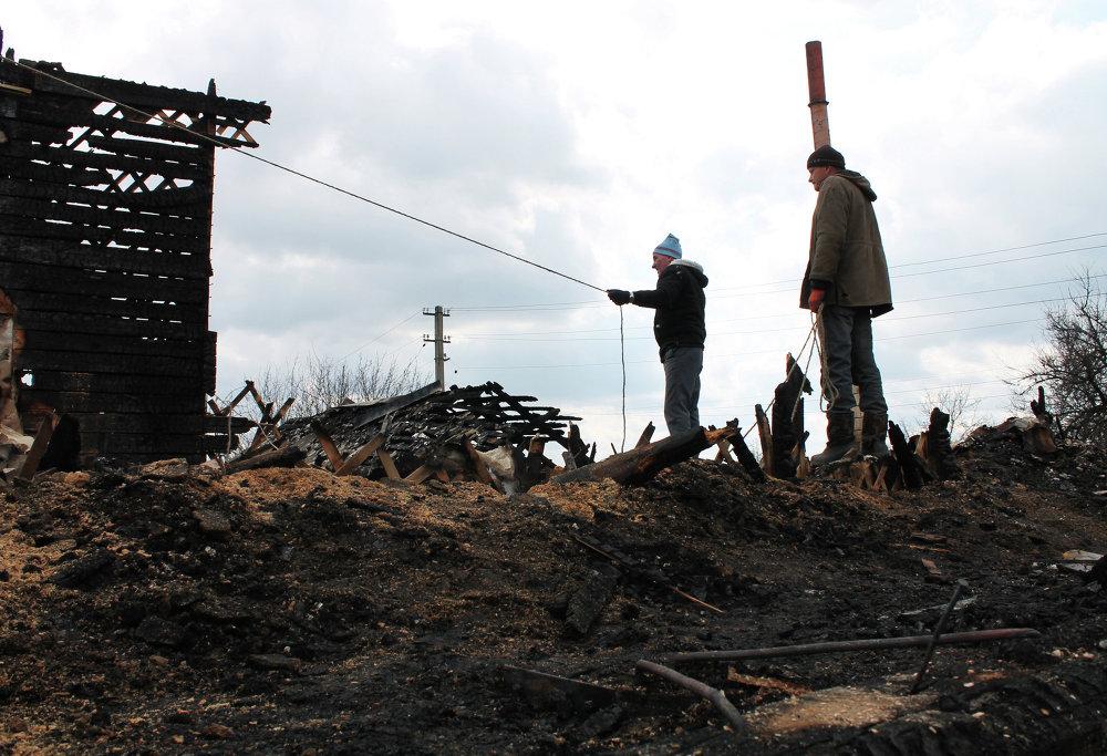 Habitantes de Donetsk frente a una casa destruida por la artillería del Ejército ucraniano (6 de abril de 2014)