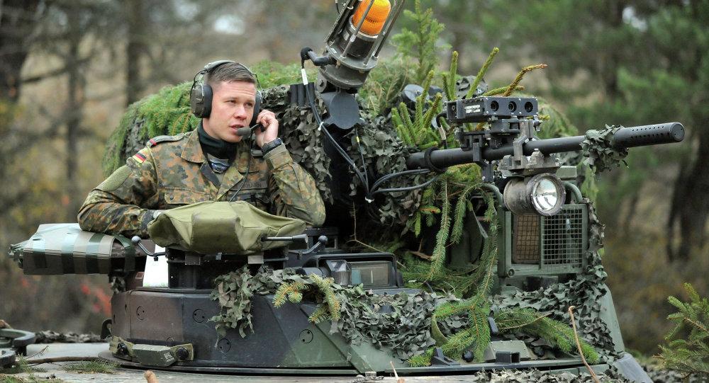 Un soldado alemán en un vehículo de combate de infantería Marder