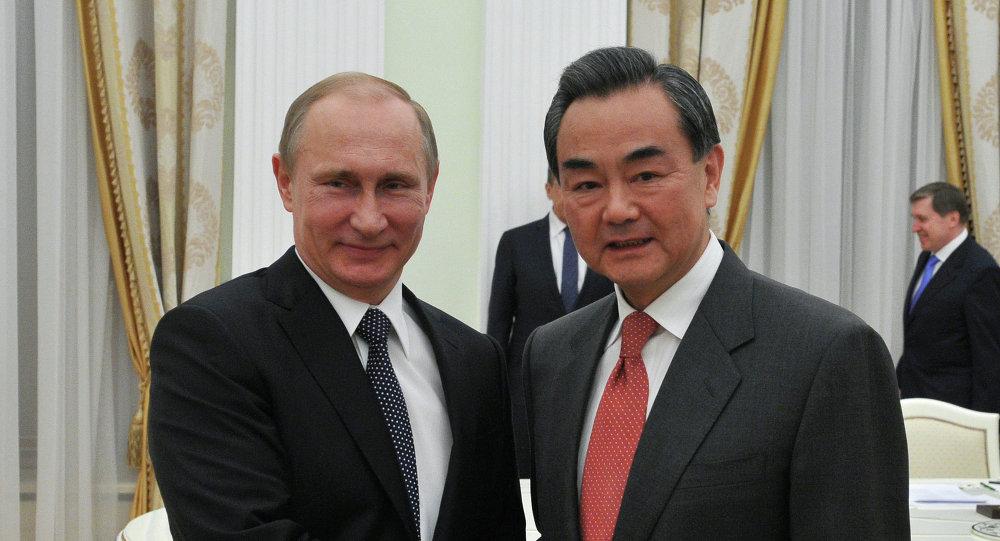 Presidente de Rusia,  Vladímir Putin y ministro de Relaciones Exteriores de China, Wang Yi (Archivo)