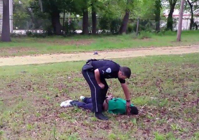 Policía acusado de asesinar por la espalda a un hombre desarmado en EEUU