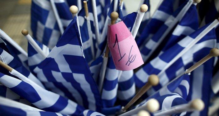 Banderas de Grecia a la venta por un euro en una tienda de Atenas