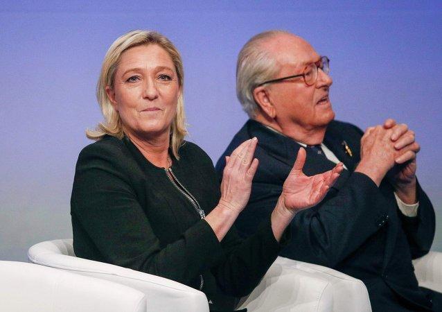 Líder del Frente Nacional francés, Marine Le Pen, y su padre Jean Marie Le Pen (archivo)