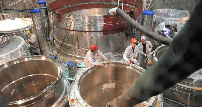 Montaje del reactor en la central nuclear de Beloyarsk, Rusia