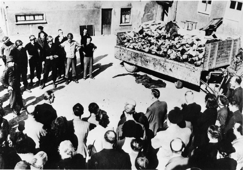 Un camión traslada cadáveres de presos de Buchenwald en Weimar, Alemania