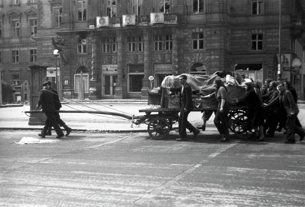 Presos liberados van por una calle de Viena camino a casa. Abril de 1945
