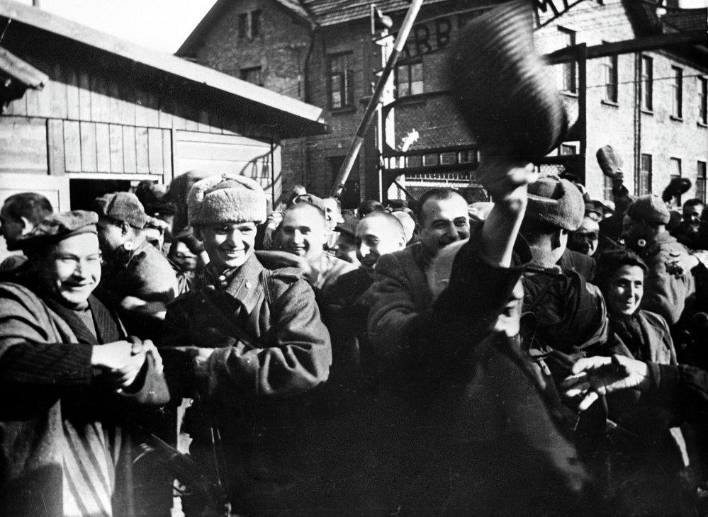 Prisioneros de Auschwitz momentos después de la liberación por el Ejército Rojo, enero de 1945
