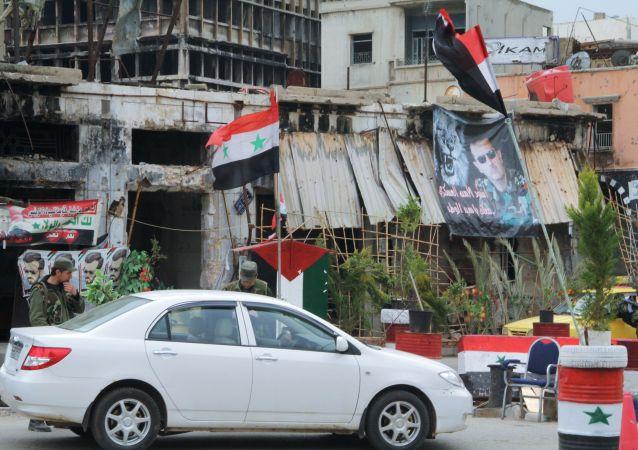Un puesto de control del Ejército sirio en el centro de Homs