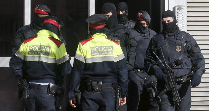 La policia catalana durante la operación contra islamistas