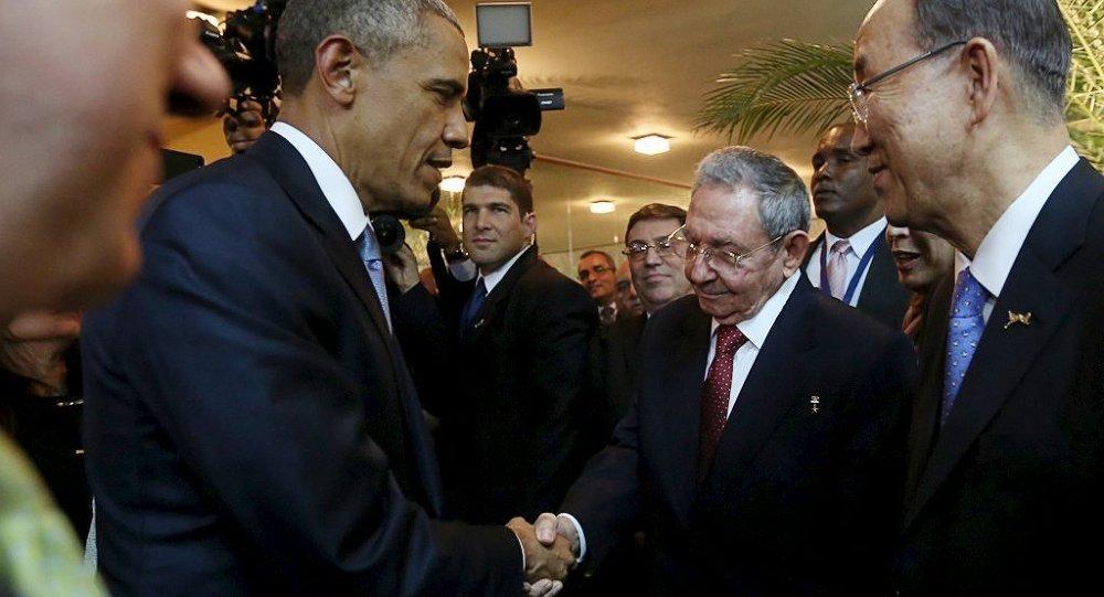 Obama y Castro se dan la mano en la Cumbre de las Américas