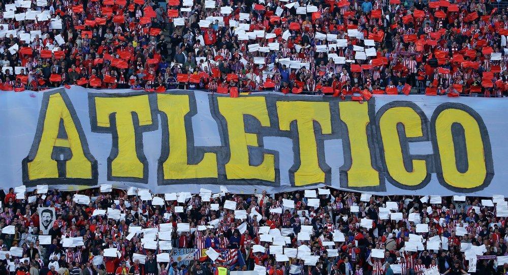Los fans del Atlético de Madrid sostienen un cartel de colores de su club