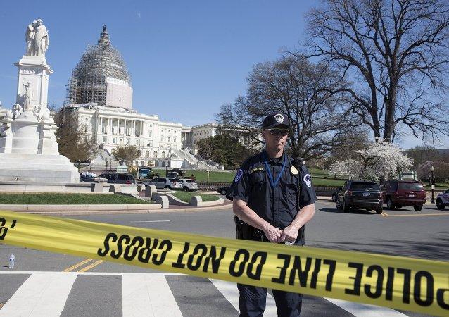 Policía guarda el Capitolio de Washington después del acto de suicidio