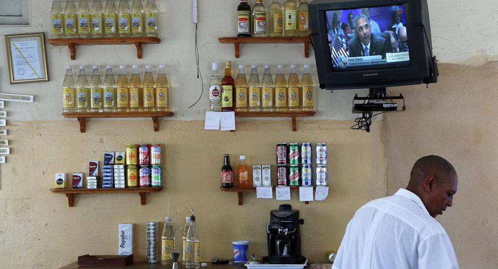 Un hombre en el bar en La Habana