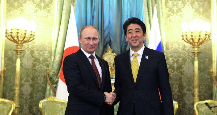 El presidente de Rusia, Vladímir Putin, con el primer ministro de Japón, Shinzo Abe