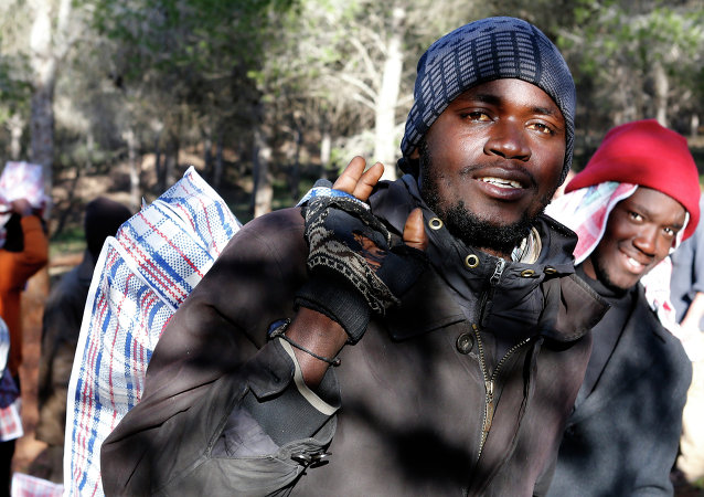 Migrantes regresan a su campamento en la montaña en Marruecos