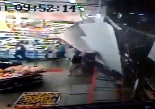 Colapsa un escaparate en un supermercado
