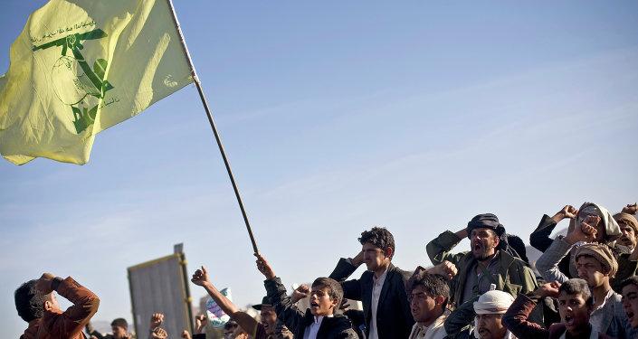 Hutíes de Yemen con la bandera de Hezbolá