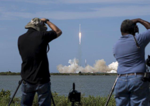 Lanzamiento del cohete no tripulado SpaceX Falcon 9 con Dragon desde Cabo Cañaveral