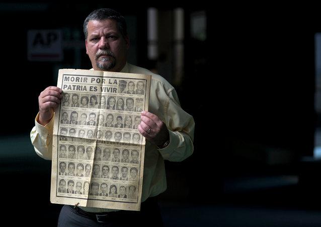 Camilo Rojo sostiene el diario con las fotos de los fallecidos entre los que se encontraba su padre, murió en el avión de Cubana Airlines que se estalló en 1976. En este acto de terrorismo fueron acusados los exiliados que tenían vínculos con los grupos anticastristas apoyados por Estados Unidos