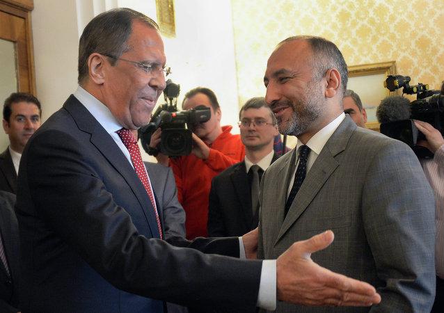 Ministro de Exteriores de Rusia, Serguéi Lavrov, y asesor de seguridad nacional del presidente de Afganistán, Hanif Atmar. Moscú, 15 de abril de 2015
