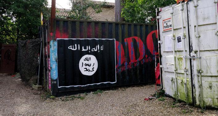 Bandera del Estado Islámico (EI) dibujada sobre una pared