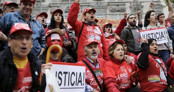 Trabajadores de la empresa de bebidas Coca-Cola
