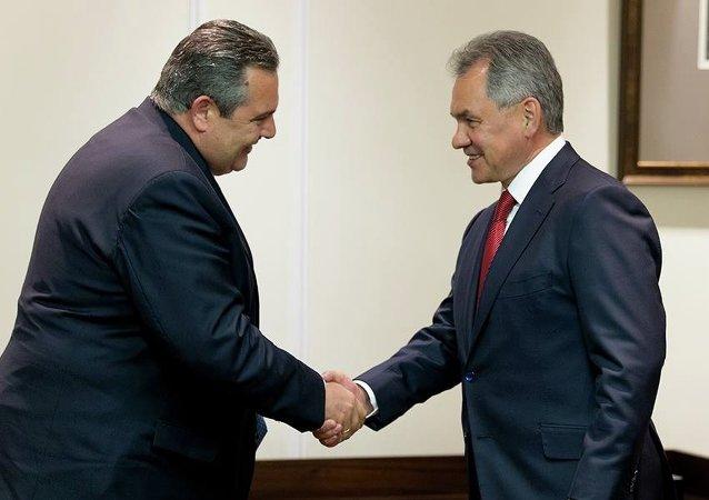 Ministro de Defensa de Grecia, Panos Kamenos y ministro de Defensa de Rusia, Serguéi Shoigú