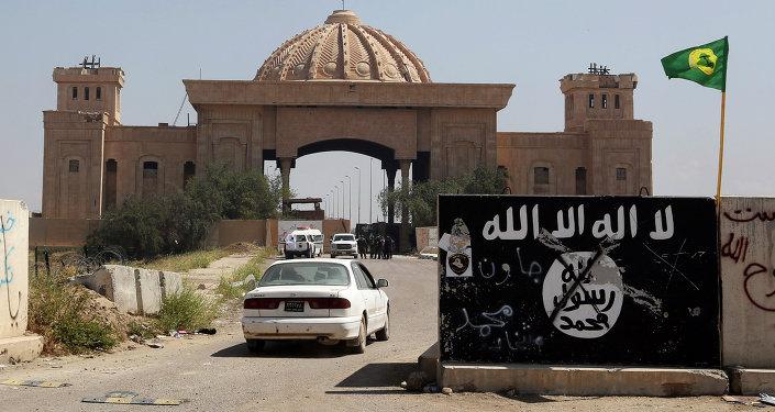 Bandera del EI pintada en una muralla cerca del Palacio de Saddam Hussein en Tikrit