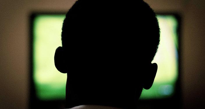 Un hombre ve la televisión