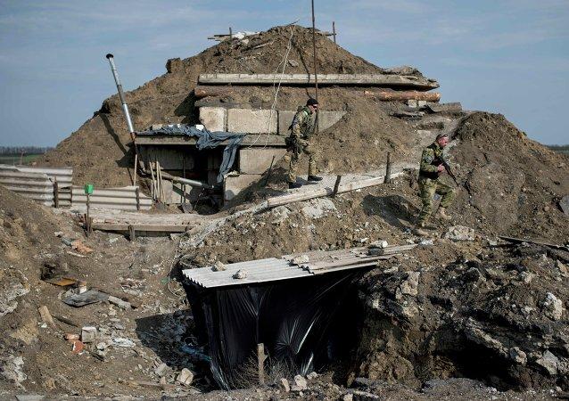 El Ejército ucraniano construye fortificaciones en la línea de separación
