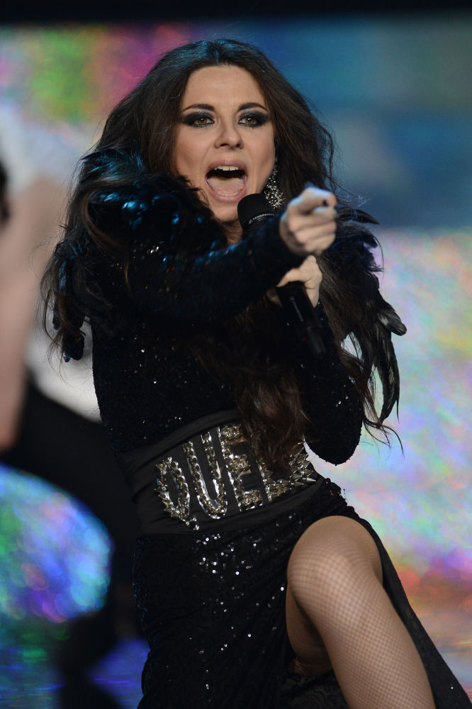 La cantante rusa Anna Pletniova actúa durante la final de Miss Rusia 2015