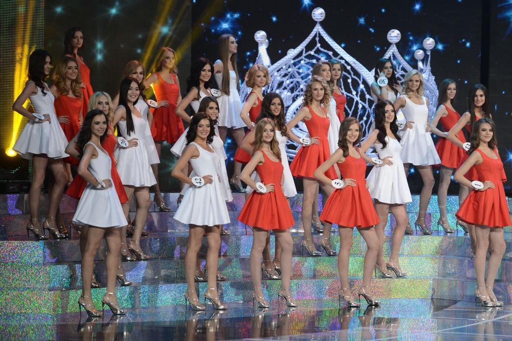 Finalistas del concurso nacional Miss Rusia 2015 sobre el escenario de Barvikha Concert Hall