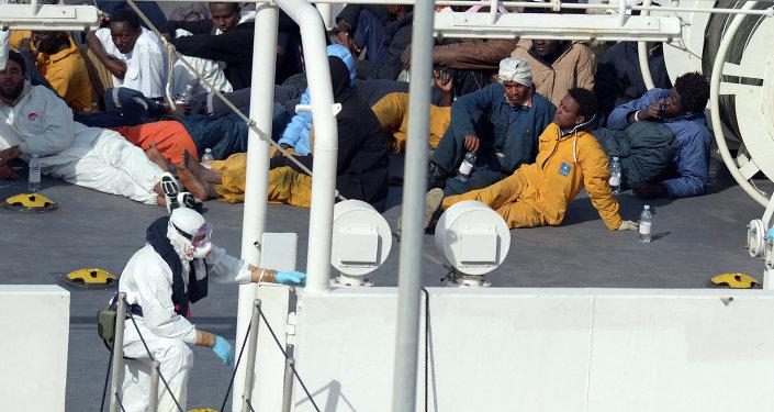 Inmigrantes africanos que fueron salvados de un barco hundido en aguas del Mediterráneoю 19 de abril de 2015