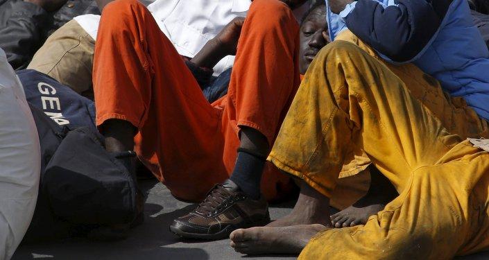 Inmigrantes que sobreviven en el barco de la guardia costera italiana