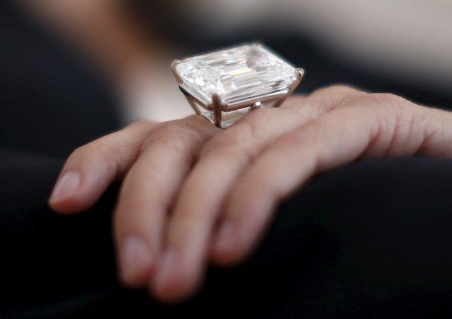 Una mujer exhibe un anillo