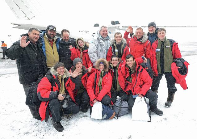 Dmitri Rogozin, vice primer ministro de Rusia, con los participantes de una expedición juvenil al Ártico, el 18 de abril, 2015