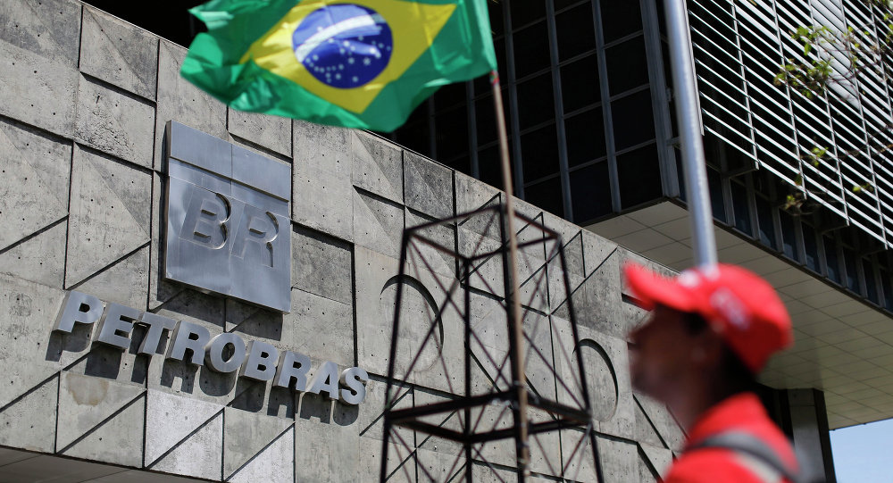 La bandera de Brasil cerca de la sede de Petrobras