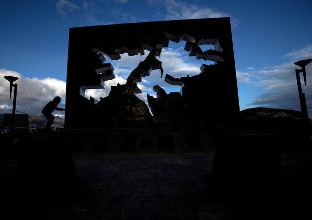 Un niño juega en el memorial de la Guerra de Malvinas en Ushuaia, Argentina