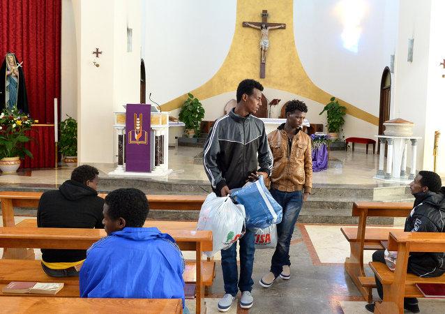 Inmigrantes eritreos en la iglesia de Lampedusa (Archivo)