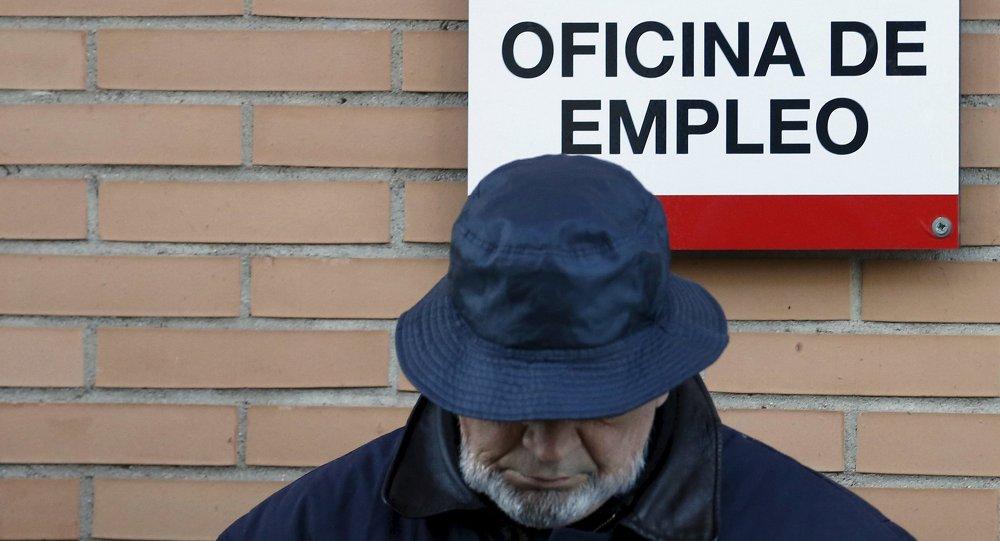 Hombre al lado de una oficina de empleo en Madrid (Archivo)
