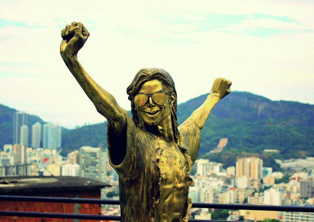 Estatua de Michael Jackson en favela Santa Marta
