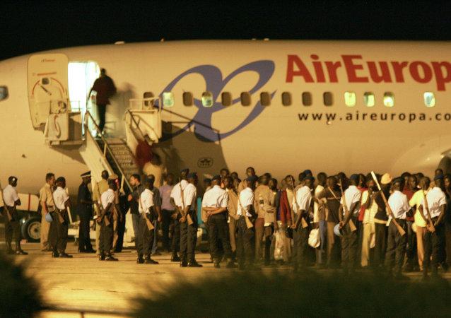 España ha deportado a más de 9.400 inmigrantes en avión desde 2010