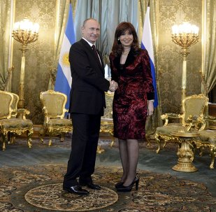 Russian President Vladimir Putin shakes hands with Argentina's President Cristina Fernandez during their meeting at the Kremlin in Moscow April 23, 2015