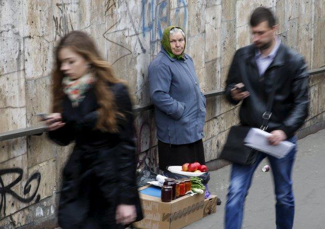 Una anciana vende productos caseros en el centro de Kiev