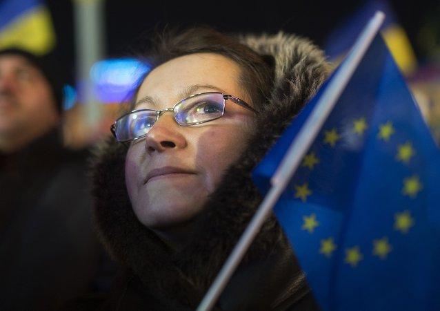Una mujer ucraniana con la bandera de la UE